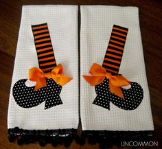 Halloween Appliqued Witch Shoe Dish Towel Set by UncommonFabrics Halloween Applique, Halloween Sewing, Halloween Quilts, Halloween Projects, Halloween Cards, Holidays Halloween, Halloween Fun, Halloween Decorations, Halloween Clothes