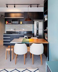 Essa é a cozinha integrada e cheia de charme de um apê de 65m2 projetados pela Two design. Com predominância dos tons claros, o projeto faz uso de vários tons de azul nos ambientes, criando uma atmosfera aconchegante e tranquila. Sabe o que é? O AH! anda meio fissurado em azul 😜💙 Quer ver mais fotos dessa cozinha linda? Vai lá nos vídeos do AH! #ahlaemcasa