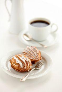 UNE PAUSE CAFÉ..  un moment à partager entre amis...! ... des verres d'eau avec? ...