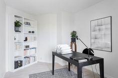 Y comenzamos la semana con mucha luz y esplendor desde este apartamento en Gotemburgo. En él encontramos como protagonistas el color blanco, el gris, la luz natural y sus pequeños toques de verde a...