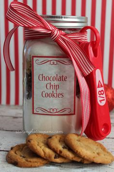 Chocolate Chip Cookie Mix in a Jar Recipe & FREE Printable Labels (Perfect for Gifts) - Raining Hot Coupons Mason Jar Meals, Mason Jar Gifts, Meals In A Jar, Mason Jars, Gift Jars, Mason Jar Cookies, Cookie Jars, Cookies In A Jar, Homemade Christmas