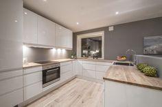 Cuisine blanche plan de travail bois - Jessica W. Home Decor Kitchen, Kitchen Living, New Kitchen, Home Kitchens, Kitchen Wood, Kitchen Worktop, Kitchen White, Kitchen Small, Kitchen Island