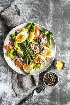 Denne klassiske, franske salaten har navnet sitt fra byen Nice i Provenceområdet. Vegan Food, Vegan Recipes, Cobb Salad, Food Ideas, Cherry, Nicoise Salad, Vegan Sos Free, Vegane Rezepte, Prunus