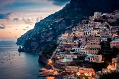 イタリア - アマルフィ海岸 | 約30kmにも及ぶアマルフィ海岸は、断崖絶壁に15の村から作られており、海岸の自然美と建物の造形美が織りなす景観が美しいことで知られている。