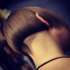 Imagine the feeling of that velvety nape! Edgy Haircuts, Stacked Bob Hairstyles, Funky Hairstyles, Sexy Bob Haircut, Undercut Women, Angled Bobs, Shaved Nape, Hair Dos, Bob Cut