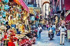 Entdeckt mit meinen Neapel Tipps die aufregende Stadt und lernt, was ihr euch auf keinen Fall entgehen lassen dürft. Viel Spaß in Italien.