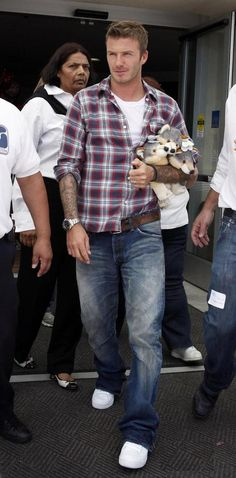 Casual style by David Beckham High Fashion Men, Mens Fashion Suits, Casual Jeans, Men Casual, Denim Jeans, Casual Clothes, Flannel Shirt Outfit, David Beckham Style, Casual Trends
