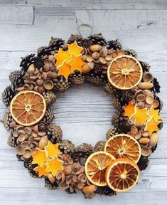 Christmas Wreaths: Unusual Ideas for Creating … - Weihnachten Pine Cone Crafts, Fall Crafts, Holiday Crafts, Diy And Crafts, Noel Christmas, Christmas Wreaths, Rustic Christmas Ornaments, Diy Cadeau Noel, 242
