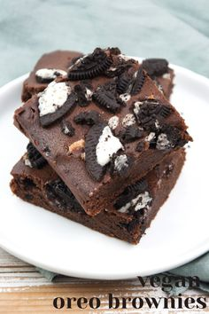 These vegan Oreo Brownies are super easy to make and you'll only need 6 ingredients. Make them for your family and friends and feel the love. | ElephantasticVegan.com #vegan #brownies #oreos