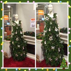 Weer eens wat anders als een kerstboom. De paspop op het werk voorzien van een hippe jurk!