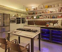 Décor do dia: cozinha moderna e cozy. A cozinha há de ser um espaço prático, mas também é bom que seja aconchegante, principalmente para quem gosta de receber convidados. Foi buscando implementar essas duas características que o designer de interiores Beto Tozi concebeu o espaço acima.
