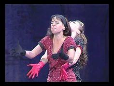 """Alessandra Maestrini e Soraya Ravenle, como Lucia e Terezinha no musical de Chico Buarque """" Opera do Malandro"""" dirigido por Charles Moeller e Claudio Botelho."""