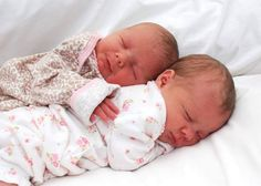 Find images and videos about cute, lovely and adorable on We Heart It - the app to get lost in what you love. Cute Baby Twins, Twin Baby Girls, Twin Babies, Reborn Baby Dolls Twins, Newborn Twins, Baby Hospital Pictures, Baby Pictures, Baby Kind, Baby Love