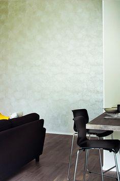 Olohuoneen upea efektiseinä on luotu maalattavalla Tunto-struktuuritapetilla #asuntomessut #tikkurila #tunto #struktuuritapetti #harmaa #hopea #olohuone #trendit #efektiseinä #maalausidea #hailuoto #skandinaavinen