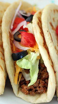 Easy homemade gorditas just like Taco Bell's! Fall Recipes, Great Recipes, Favorite Recipes, Chalupa Recipe, Taco Bell Gordita Recipe, Mexican Dishes, Mexican Food Recipes, Easy Flatbread Recipes, Tacos And Burritos
