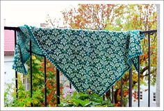 A Stranded Shawl by the name 'Mrs. Barista' (Norwegian, English, French)