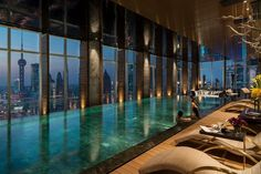 Four Seasons Hotel Shanghai at Pudong, Shanghai Picture: FLARE Spa Pool with Evening View - Check out Tripadvisor members' candid photos and videos. Amazing Swimming Pools, Swimming Pool Designs, Cool Pools, Pool Spa, Hotel Pool, Hotel Swimming Pool, Night Swimming, Indoor Pools, Four Seasons Hotel