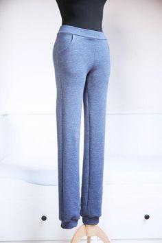 V tomto článku na Prošikulky najdete návod, jak ušít tepláky do napletu.   #navody #navodynasiti #tepláky #strihteplaky #střihnatepláky #střihy #šijemedoma #sijemedoma Fashion Sewing, Sweatpants