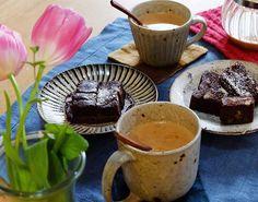 習った酒粕入りチョコケーキを昨日のおやつに。いただく前に集めてパチリ。スパイスたっぷりチャイと一緒に。  習いに行った時のことはblogに詳しく。(プロフィールからURL) #handmade #chocolatecake #lees #手作りおやつ #酒粕 #チョコレートケーキ #チューリップ #花のある暮らし #スパイス #spice #チャイ #chai #うつわ マグカップは#叶谷真一郎 さん #japaneseplate #小鹿田焼 #teabreak