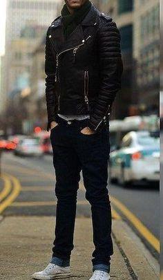 Stylizacja nr 318 czapka z daszkiem, kurtka skórzana, bluza z kapturem, jeansowe joggery