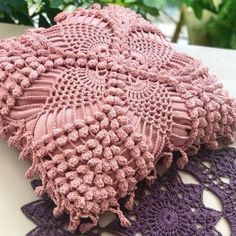 Crochet Doily Rug, Crochet Diy, Crochet Cushions, Crochet Pillow, Afghan Crochet Patterns, Crochet Home, Filet Crochet, Crochet Crafts, Crochet Flowers
