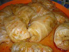 Il töltöttkáposzta è un piatto tradizionale ungherese composto da foglie di cavolo verza farcite con carne tritata unita a cipolla, salsiccia sbricio...
