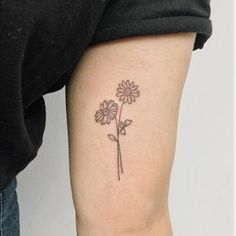 Flowers are popular tattoo designs for women. There are so many different types of flowers to choose from an endless range of colors. If your tattoos are too light, you can add beautiful flowers to make them look great.[Read the Rest] → Neue Tattoos, Bff Tattoos, Dainty Tattoos, Friend Tattoos, Mini Tattoos, Small Tattoos, Small Daisy Tattoo, Daisy Flower Tattoos, Beautiful Flower Tattoos