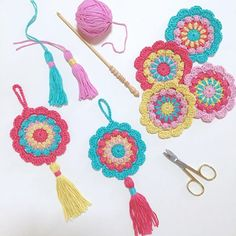 Crochet Roses ✨✨ Turning my Merry-Go-Round motif into garlands and gift toppers ✨✨ Crochet Puff Flower, Crochet Sunflower, Crochet Flower Patterns, Crochet Motif, Crochet Flowers, Crochet Ideas, Crochet Gifts, Cute Crochet, Crochet Toys