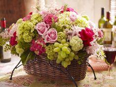 Panier floral avec raisins: une touche de fruits est toujours une idée délicieuse!