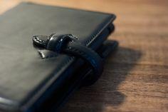 ミニ6穴サイズのシステム手帳、カラーはブラックです。内側にペンのクリップ部を差すタイプのペン差しが付属していますので、閉じたときにペンが見えないようスマートに...|ハンドメイド、手作り、手仕事品の通販・販売・購入ならCreema。