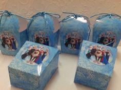 Linda Caixinha para Cupcakes no tema da Frozen.  Também usada para colocar guloseimas, brindes e lembrancinhas.  Ótima para enfeitas a mesa de guloseimas.  Pode ser confeccionado em outras cores e modelos. R$ 3,70