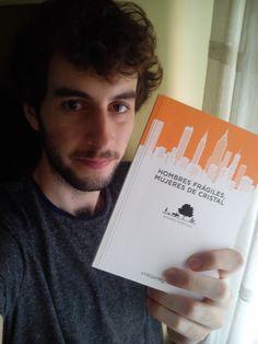 """Recomiendo """"Hombres frágiles, mujeres de cristal"""" de Andrés Portillo porque es uno de los mejores libros de relatos que he leído. Tiene un estilo de escritura realmente único y el conjunto de historias es de un nivel muy bueno, te dan ganas de leer más y más... (Nº10)"""