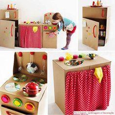 Cozinha, por reutilização de caixas de papelão. Qual menina não adoraria uma desta? Fica a sugestão para fazê-la com suas crianças... atividades como esta só trarão benefícios!