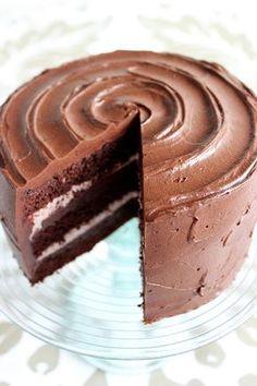 Suklaapandan keittiössä: Ihanan mehevä suklaatäytekakku vadelma- ja suklaatäytteellä