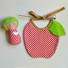 Baby Rattle and Apple Bib Baby Sewing Projects, Sewing For Kids, Diy For Kids, Handgemachtes Baby, Baby Love, Baby Girls, Couture Bb, Baby Bibs Patterns, Diy Bebe