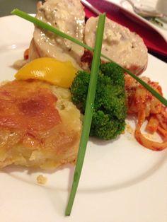 Suprema en salsa de vino al Chardonay en cama de fetuccini a los tres chiles crostini de papa y verduras mixtas con ajonjolí y miel