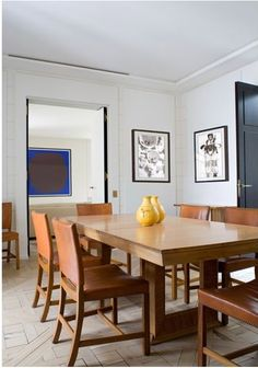 A beautiful Paris apartment created by Pierre Yovanovitch. Before opening his own design firm, Yovanovitch previously w. Monochrome Interior, Contemporary Interior Design, Dining Area, Dining Chairs, Dining Rooms, Living Room Art, Living Spaces, Pierre Yovanovitch, Built In Seating