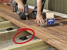 Har du tröttnat på din stenlagda altan kan du lägga ett trädäck ovanpå! Här är tre snygga lösningar: det klassiska, det med moduler och ett som kan gå i ide.