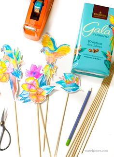 DIY Cake Topper: Aquarellierte Papageien und tropische Blumen, die ausgeschnitten auf Schaschlikstäbchen geklebt werden. | waseigenes.com #caketopper Blog Food, Healty Dinner, Cooking Recipes, Healthy Recipes, Easy Meals, Dinner Recipes, Colorful Parrots, Diy Creative Ideas, Cream Cake