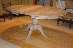 Gepatineerde tafel in grenenhout