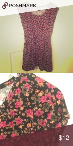 Floral Print Dress with Pockets and Button Detail Floral dress with two external pockets and four buttons on the left shoulder! In great condition and easy to layer or wear alone!! Dresses