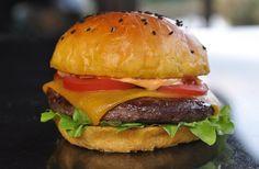 Wagyu-Cheeseburger auf Süßkartoffel-Bun