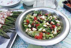 Sałatka z wędzonym twarogiem i oliwkami