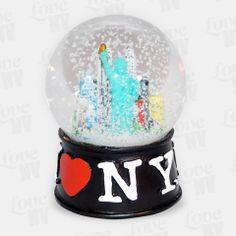 Nicht nur zu Weihnachten und der kalten Jahreszeit ein Hingucker - die original I LOVE NY Schneekugel mit der New Yorker Freiheitsstatue und der Skyline. Mit dem typischen I LOVE NY Logo und einem Durchmesser von 6,5cm passt diese schöne Schneekugel bestens in jedes Regal oder auf den Schreibtisch. #schneekugel #snowglobe #iloveny #newyorkcity #nyc #ny #newyork
