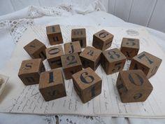 Des chiffres et des lettres sur des petits cubes en bois chez leonie brocante , brocante en ligne www.leoniebrocante.com