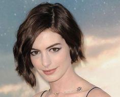 Taglio di capelli medio corto a caschetto Anne Hathaway