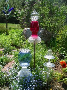 notes from the studio of artist Kristina Wentzell: upcycled garden art: Garden Glimmers by Terri Wentzell (Bottle Garden Art) Glass Garden Flowers, Glass Plate Flowers, Glass Garden Art, Glass Art, Bottle Garden, Garden Crafts, Diy Garden Decor, Garden Projects, Garden Ideas