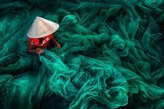 Danny Yen Sin Wong (Malasia). Making fishing nets, Vietnam. Ganador categoría Open Color fotos siena 2016 01