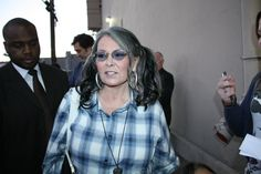 Celebrities With Severe Health Conditions Roseanne Barr, Stand Up Comedy, Famous Celebrities, Trending Topics, Comedians, Cool Hairstyles, Glamour, Actresses, Hair Styles