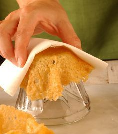 Avete 5 minuti e del formaggio? Potete fare cestini e cialde. Nei cestini di formaggio ci si può mettere quasi qualsiasi cosa: insalate, primi piatti caldi, secondi di carne... E le cialde si possono infilare in molti piatti per essere usate al posto del pane!
